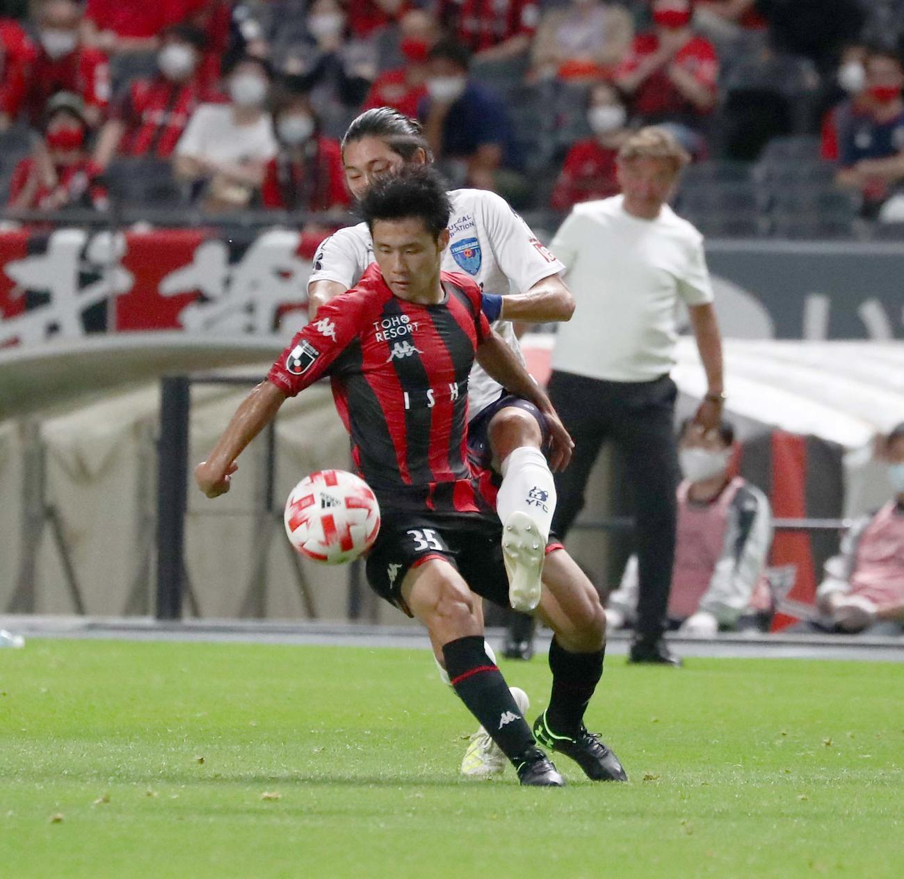 札幌対横浜FC 後半、激しく競り合うFW小柏(撮影・黒川智章)