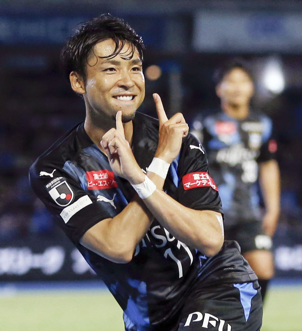 後半、ゴールを決めてお笑いコンビ・ぺこぱのシュウペイのポーズをする川崎F・MF小林(共同)