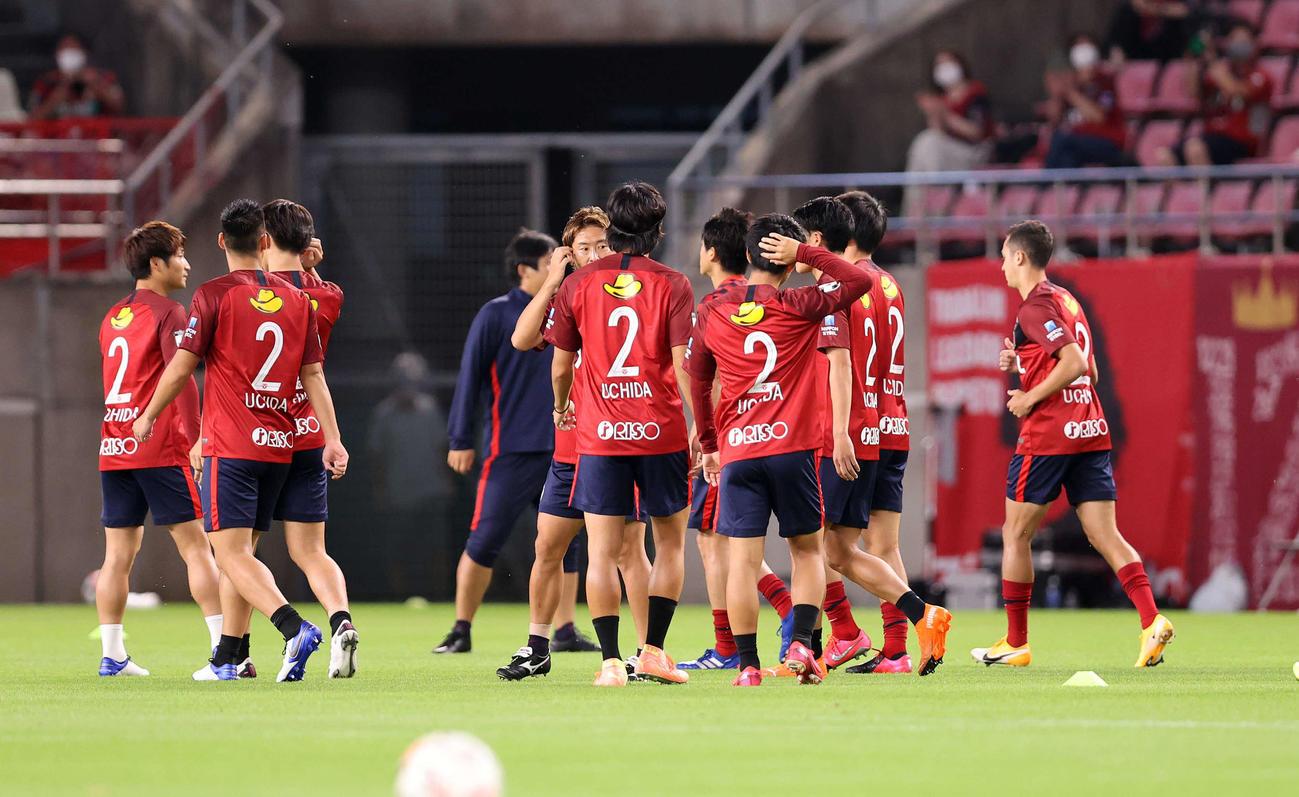 鹿島対G大阪 背番号2を付け練習する鹿島の選手たち(撮影・鈴木正人)