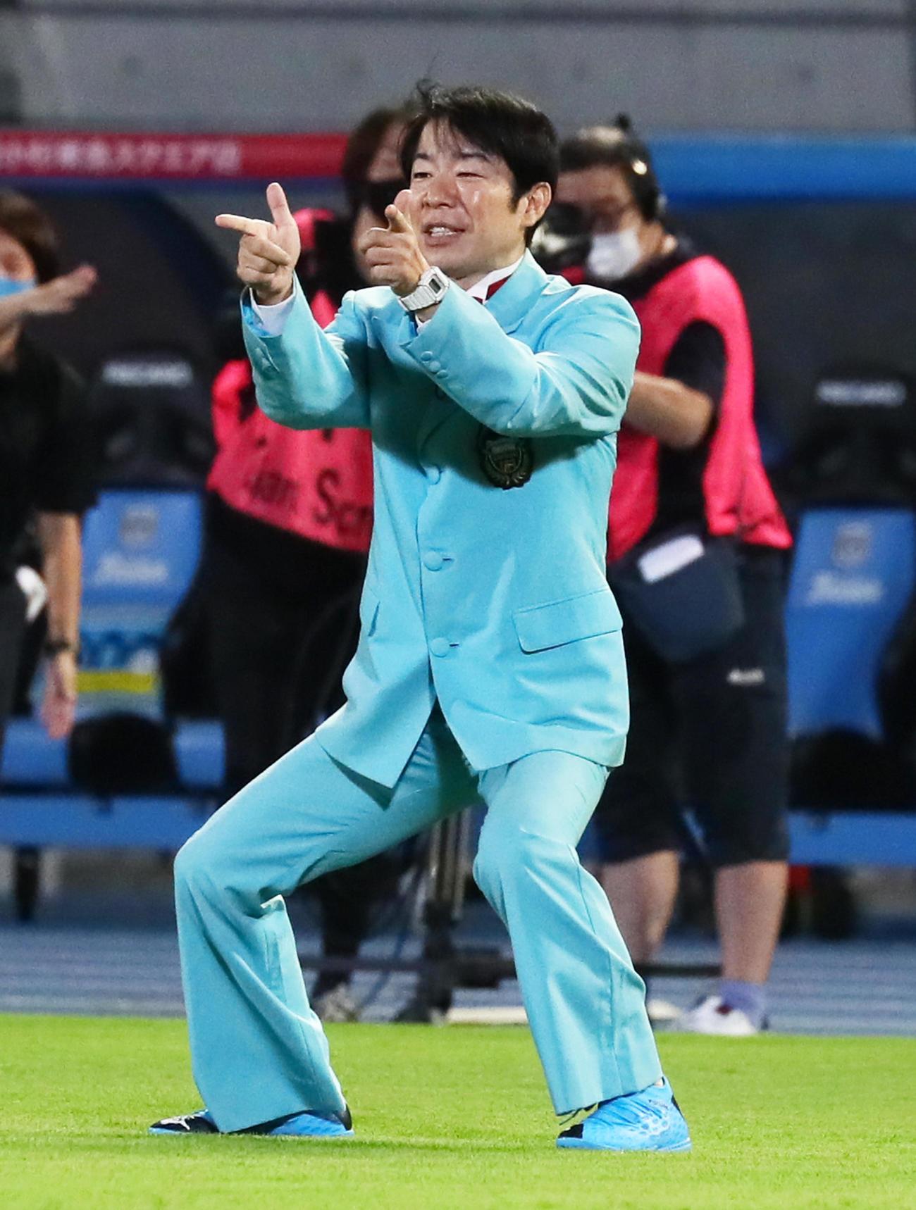 川崎F対清水 始球式を行いポーズを決めるダンディ坂野(撮影・足立雅史)