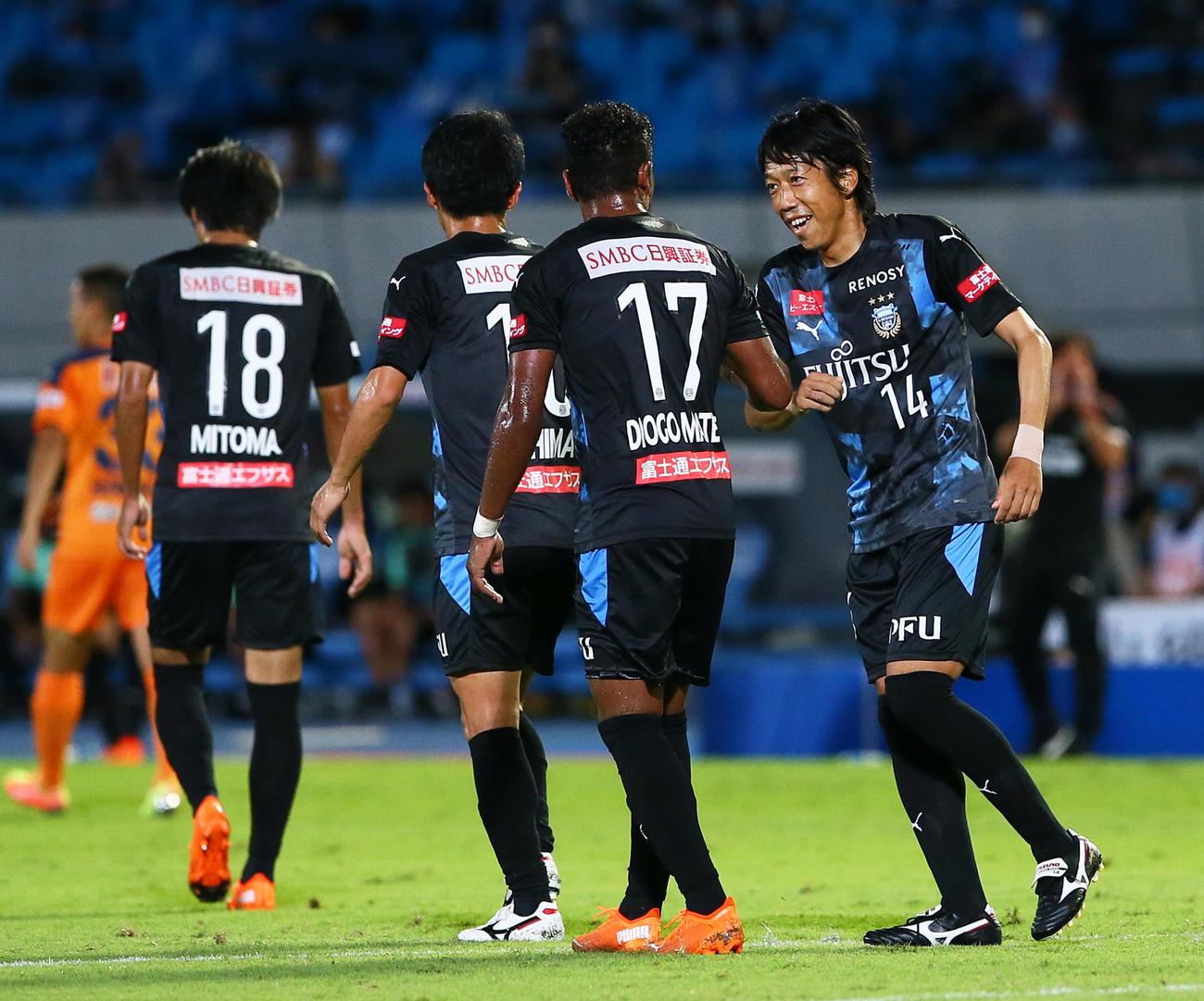 川崎F対清水 後半、チームの5点目に笑顔を見せる川崎F・MF中村(撮影・足立雅史)