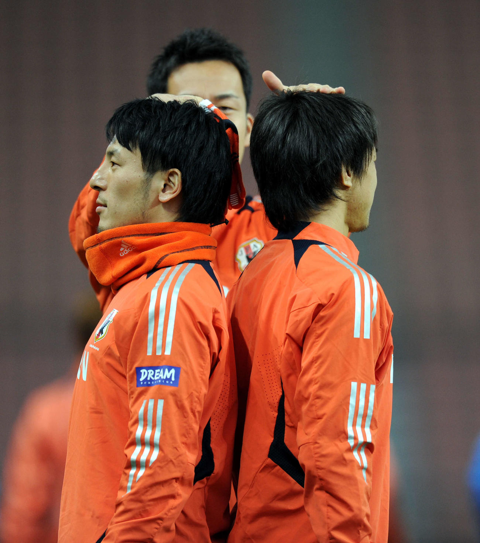 練習前、背比べをする藤本(左)と岡崎。判定員は吉田(2012年2月28日撮影)