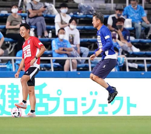 横浜FC対名古屋 試合前、控え組の練習でパス回しでボールが下腹部に当たりジャンプする横浜FC・FWカズ(撮影・江口和貴)