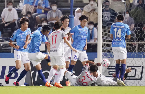 横浜FC―名古屋 前半、チーム2点目のゴールを決める横浜FC・田代(共同)