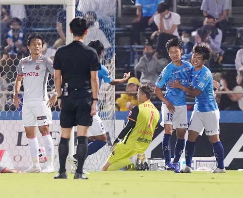 横浜FC対名古屋 前半、同点ゴールを決めた横浜FC・FW斎藤(右から2人目)。右端は同FW斉藤(撮影・江口和貴)