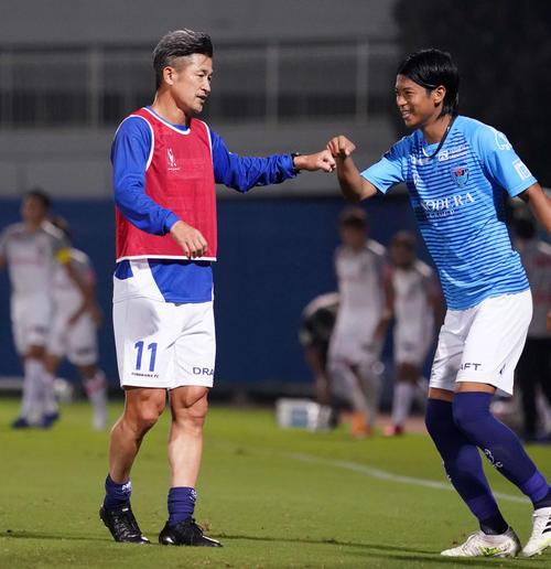 横浜FC対名古屋 後半開始前、横浜FC・DF田代(右)とタッチをかわすFWカズ(撮影・江口和貴)