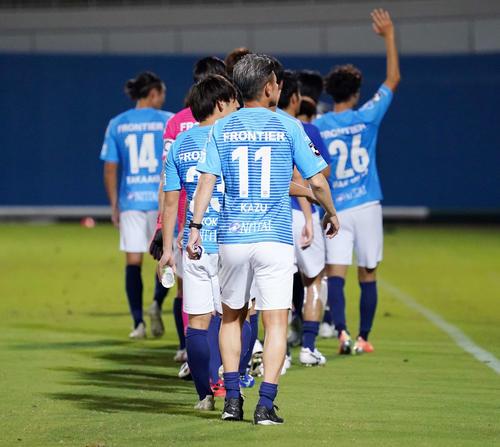 横浜FC対名古屋 試合後、場内1周する横浜FC・FWカズ(撮影・江口和貴)