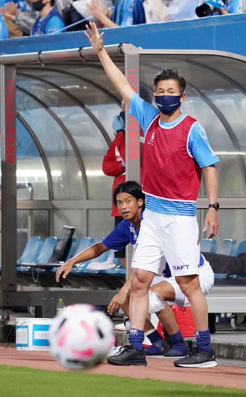 横浜FC対名古屋 後半、マイボールをアピールする横浜FC・FWカズ(撮影・江口和貴)