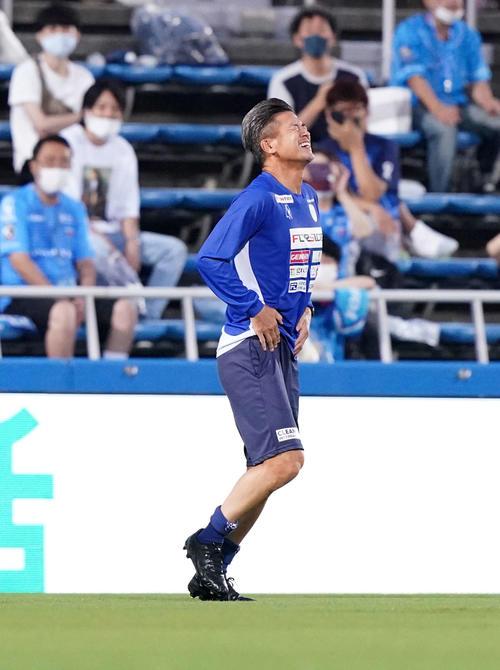 横浜FC対名古屋 試合前、控え組の練習でパス回しでボールが下腹部に当たり痛がる横浜FC・FWカズ(撮影・江口和貴)