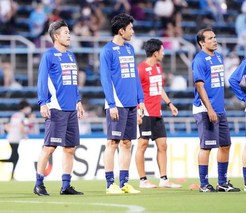 横浜FC対名古屋 練習開始前、あいさつする横浜FC・FWカズ(左)(撮影・江口和貴)