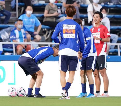 横浜FC対名古屋 試合前、控え組の練習でパス回しでボールが下腹部に当たる横浜FC・FWカズ(左)(撮影・江口和貴)