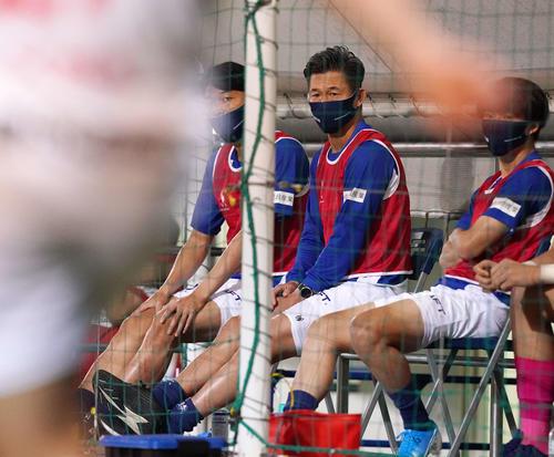 横浜FC対名古屋 前半、ベンチから戦況を見つめる横浜FC・FWカズ(撮影・江口和貴)