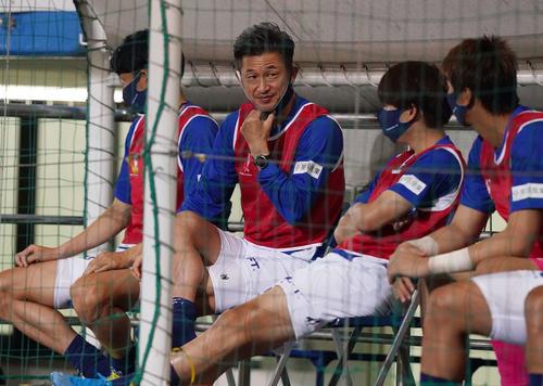 横浜FC対名古屋 前半、ベンチで水分補給した横浜FC・FWカズ(撮影・江口和貴)