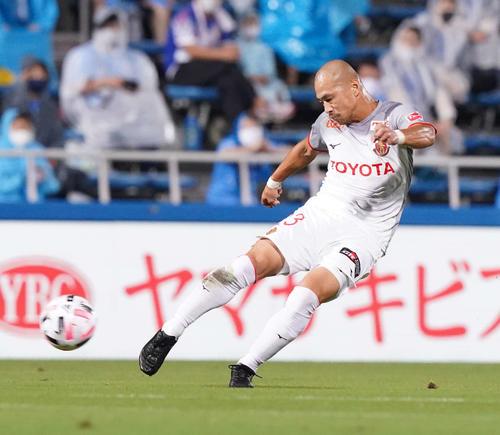 横浜FC対名古屋 前半、先制ゴールを決める名古屋DF吉田(撮影・江口和貴)