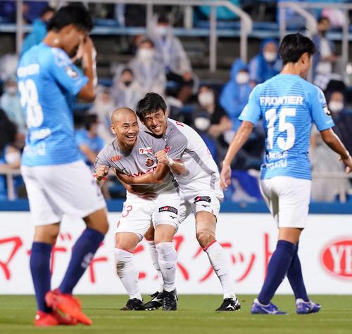 横浜FC対名古屋 前半、先制ゴールを決め笑顔を見せる名古屋DF吉田(中央左)。同右はMF米本(撮影・江口和貴)
