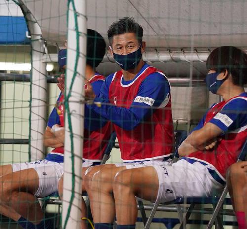 横浜FC対名古屋 前半、横浜FC・DF田代が勝ち越しゴールを決め拍手するFWカズ(撮影・江口和貴)