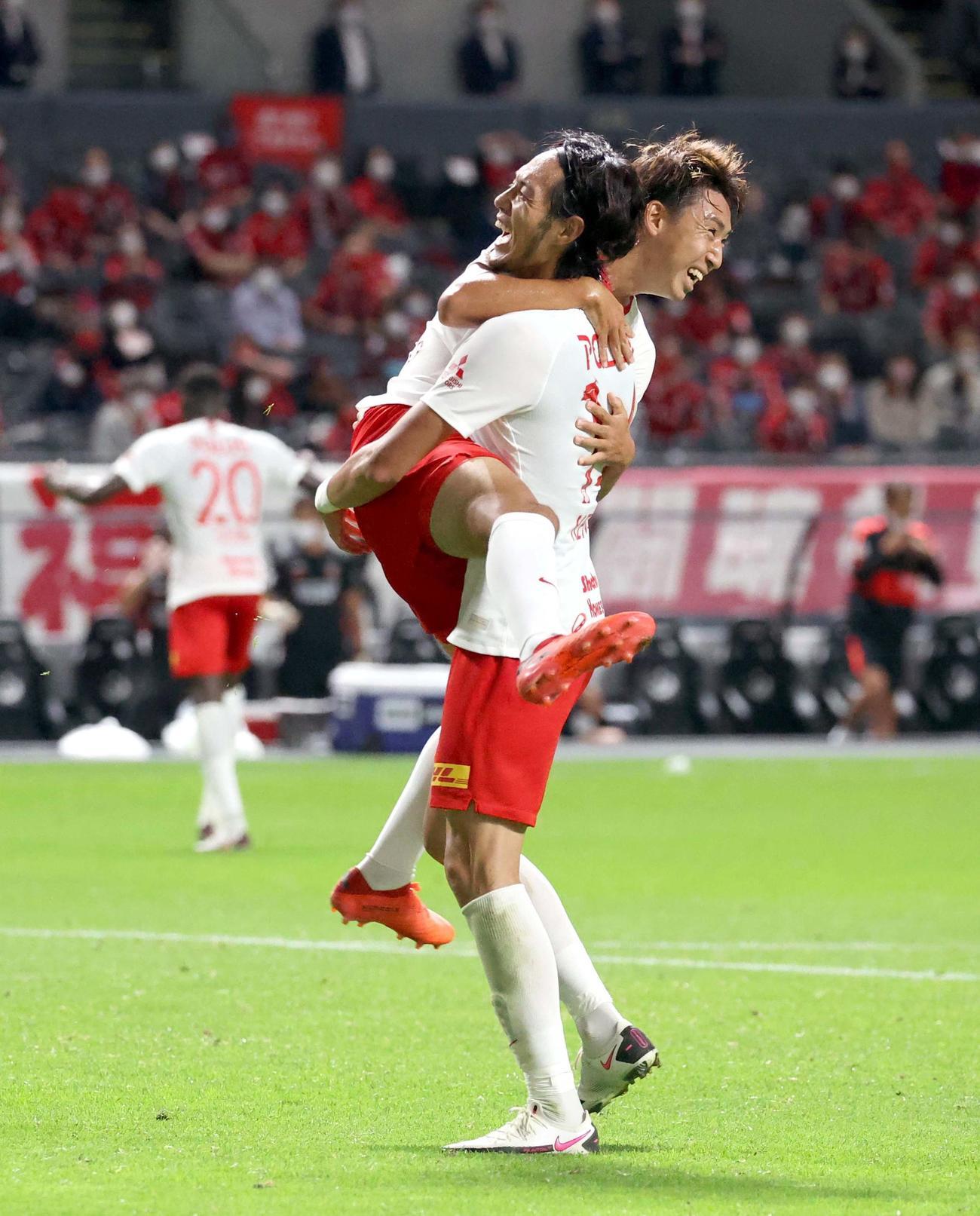 札幌対浦和 試合終了間際、ゴールを決め抱き合って喜び合う浦和FW杉本とMF柴戸(左)(撮影・佐藤翔太)