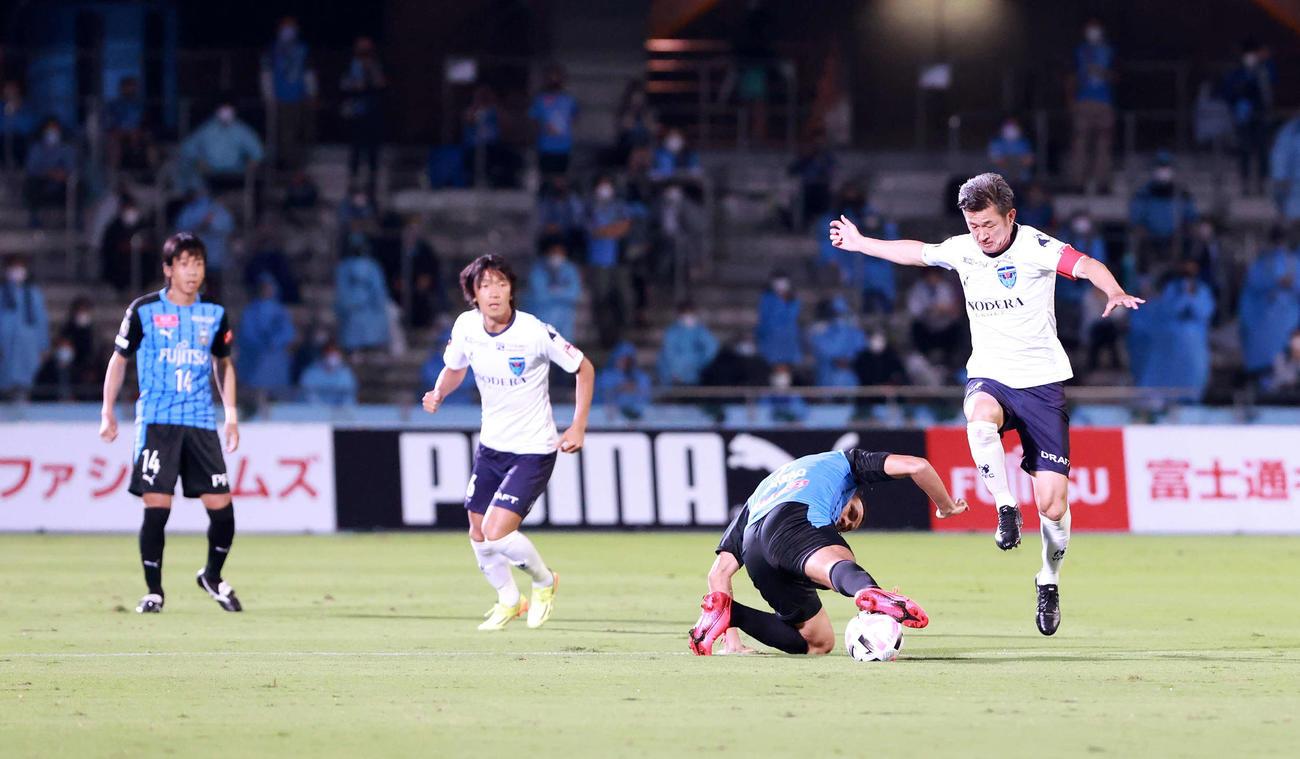 川崎F対横浜FC 前半、突破を試みる横浜FC・FWカズ(右端)(撮影・江口和貴)