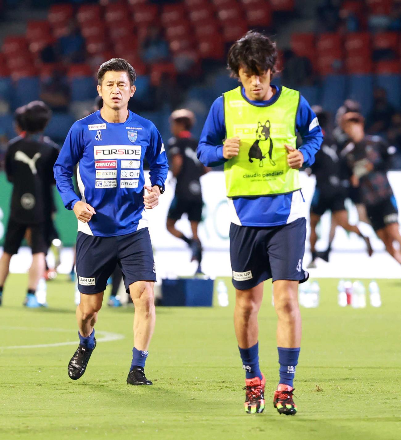 川崎F対横浜FC ウオーミングアップを行う横浜FC・FWカズ(左)。右はMF中村(撮影・江口和貴)