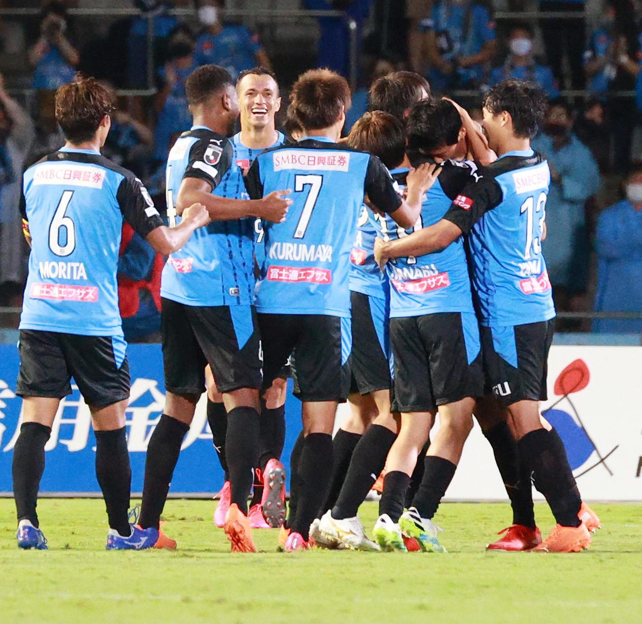 川崎F対広島 後半、川崎Fイレブンはゴールを決めたDF山村(右から2人目)を中心に輪をつくる(撮影・中島郁夫)