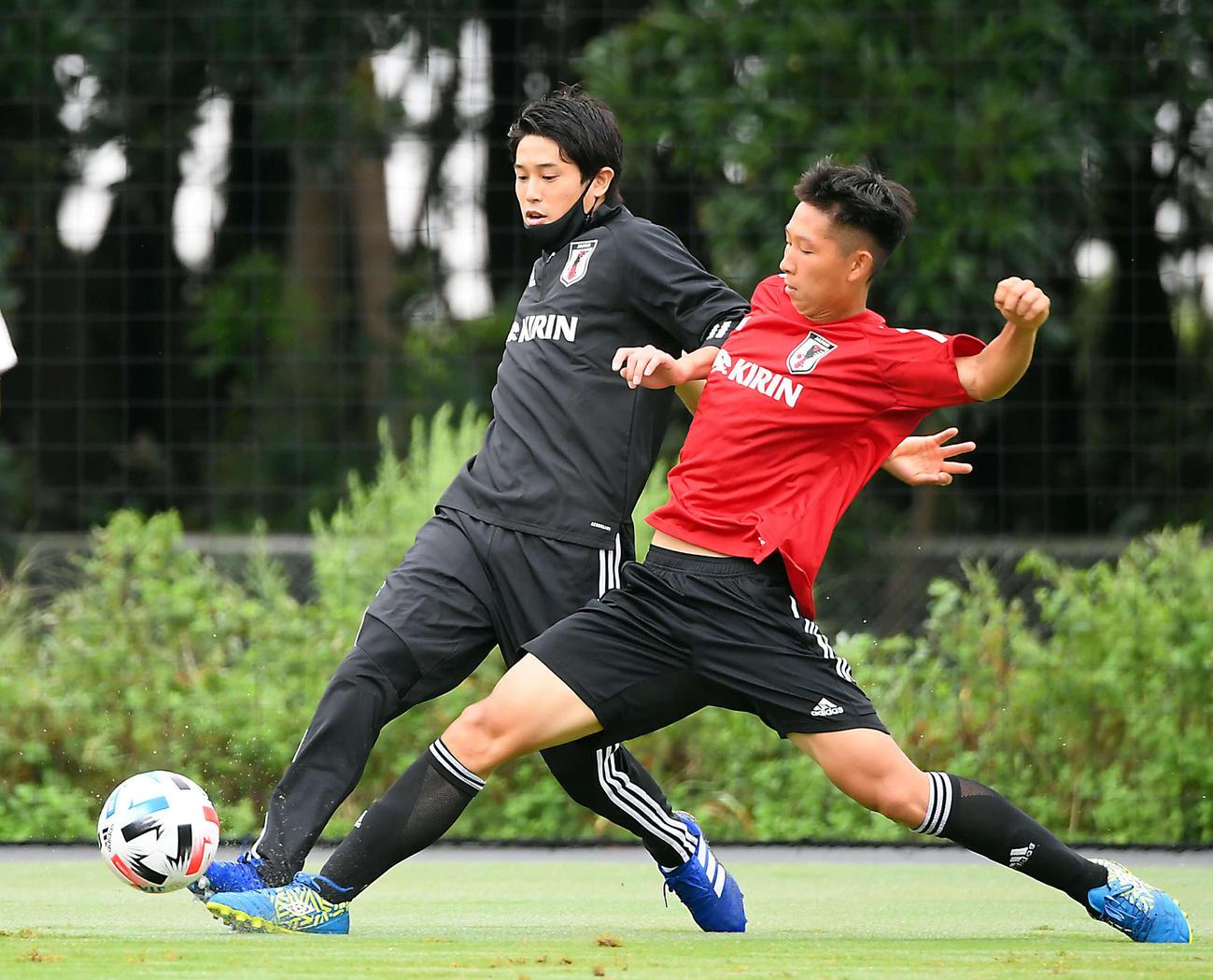 ロールモデルコーチとしてU-19日本代表の合宿に参加した内田篤人氏は、選手に負けじと軽快な動きを見せる(撮影・たえ見朱実)
