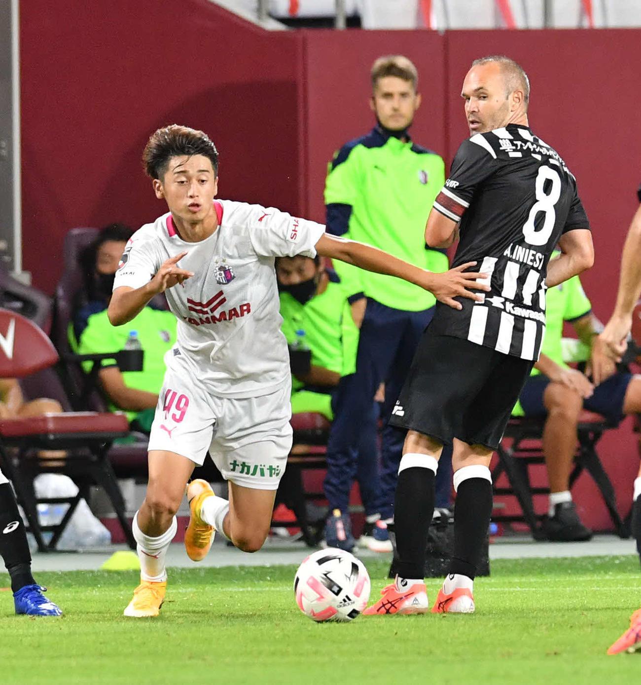 神戸対C大阪 前半、ボールを追うC大阪MF西川。右は神戸MFイニエスタ(撮影・岩下翔太)
