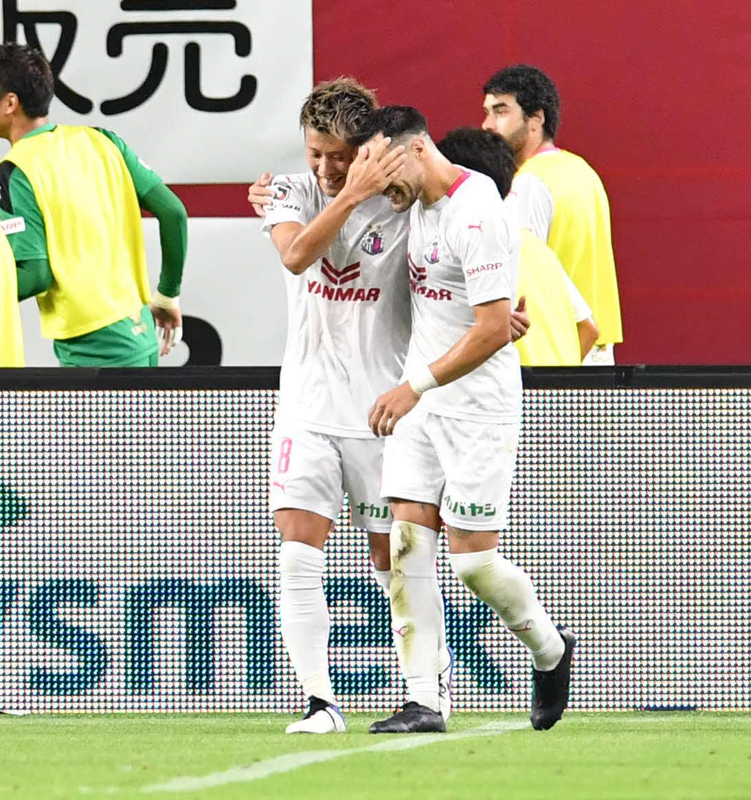 神戸対C大阪 後半、先制ゴールを決めたC大阪MF柿谷(左)は、アシストしたMFレアンドロ・デサバトと喜ぶ(撮影・岩下翔太)