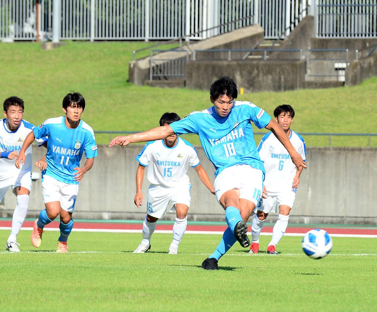 後半、PKを決める磐田U-18のFW馬場。後方左から2人目がFW池端