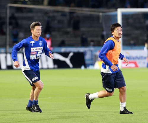 川崎F対横浜FCのウォームアップを行い、横浜FC・FWカズ。 右は同MF松井(撮影・江口和貴)