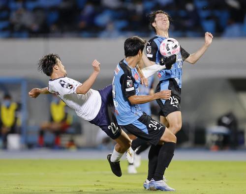 川崎 - 横浜FC前半ゴールを狙う横浜FC・松井(左)(共同)