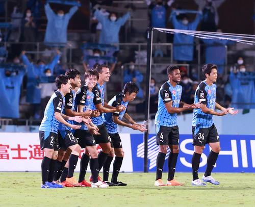 川崎F対横浜FC前半MF田中(左から3番目)が先制ゴールをクレードルダンス川崎Fイレブン(撮影・江口和貴)