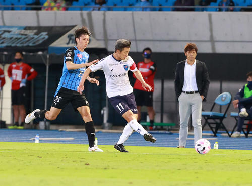 川崎F対横浜FC前半パスを出す横浜FC・FWカズ(撮影・江口和貴)