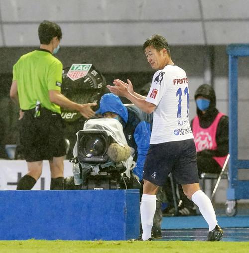 川崎F対横浜FC後半の交換拍手横浜FC・FWカズ(撮影・江口和貴)