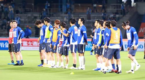 川崎F対横浜FCのウォームアップの前に整列挨拶FWカズ(左から二番目)など横浜FCイレブン(撮影・江口和貴)