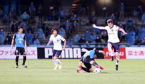 川崎F対横浜FC前半突破を試み横浜FC・FWカズ(右)(撮影・江口和貴)