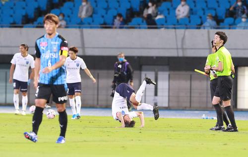 川崎F対横浜FC試合前転々とする横浜FC・FWカズ(撮影・江口和貴)