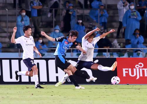 川崎F対横浜FC前半先制ゴールを川崎F・MF田中(中央)(撮影・江口和貴)