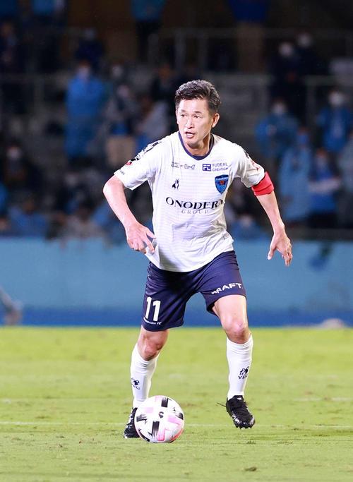 川崎F対横浜FC前半ドリブル横浜FC・FWカズ(撮影・江口和貴)
