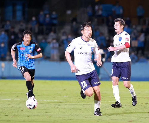 川崎F対横浜FC前半パスを出す横浜FC・FWカズ(右)。 中央は同MF松井左は川崎F・MF中村(撮影・江口和貴)