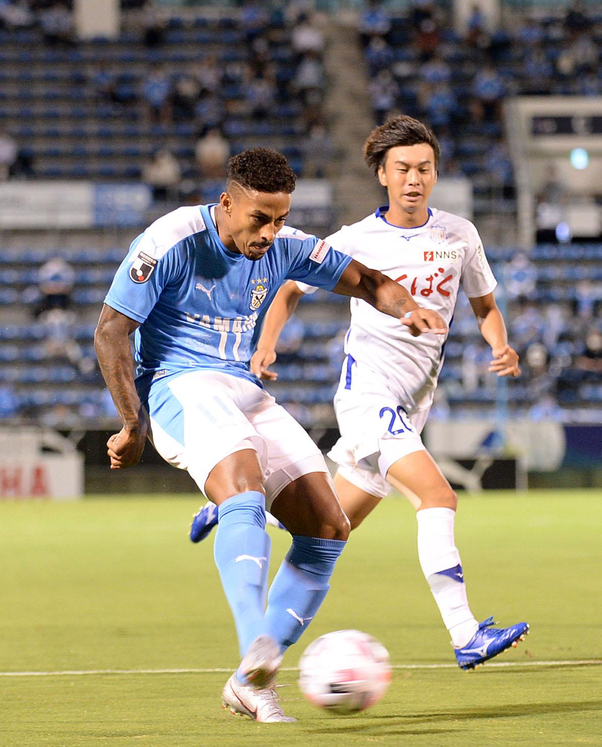 前半、右足ミドルでゴールを狙う磐田FWルキアン