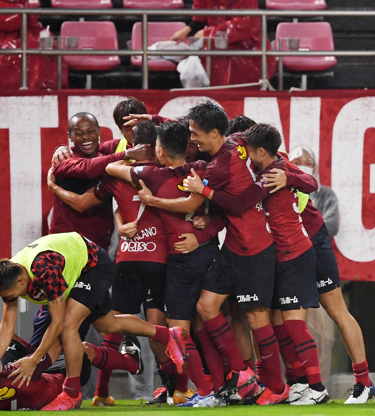 鹿島対湘南 後半、MFファン・アラーノがゴールを決め歓喜する鹿島イレブン(撮影・横山健太)