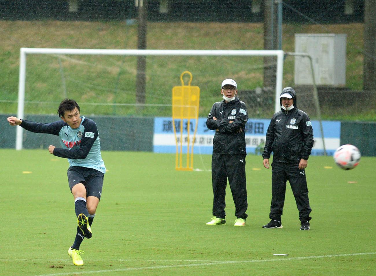 シュート練習に励む磐田FW小川航(左)。右端はフベロ監督