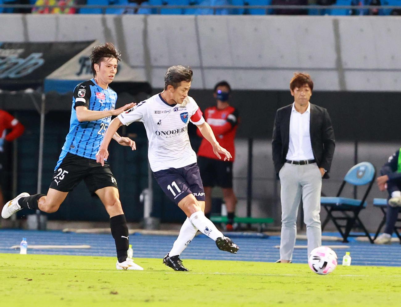 23日川崎F戦の前半、パスを出す横浜FCカズ(三浦知良=中央)