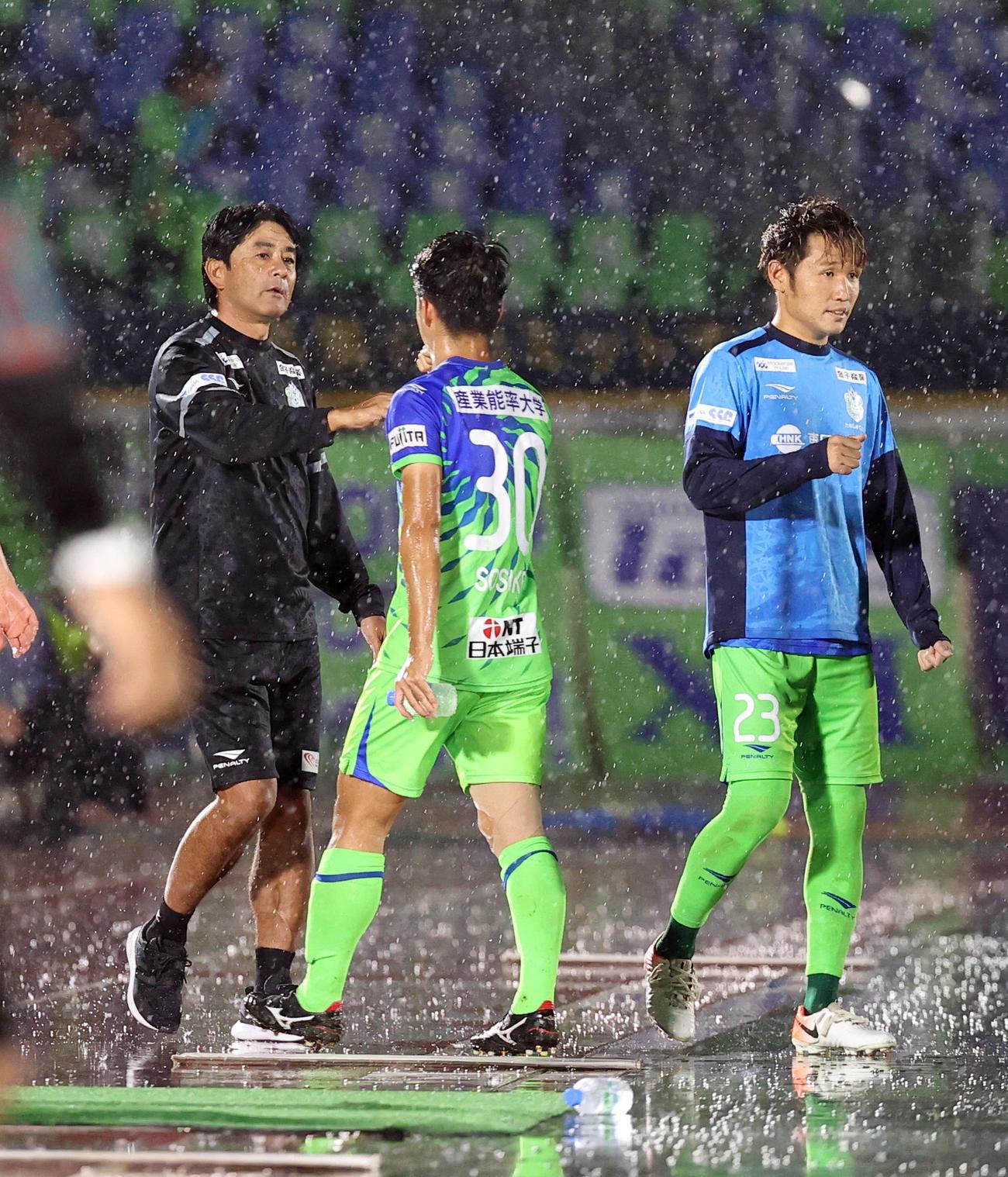 湘南対川崎F 川崎Fに敗れた選手たちをねぎらう湘南浮島督(左)(撮影・垰建太)