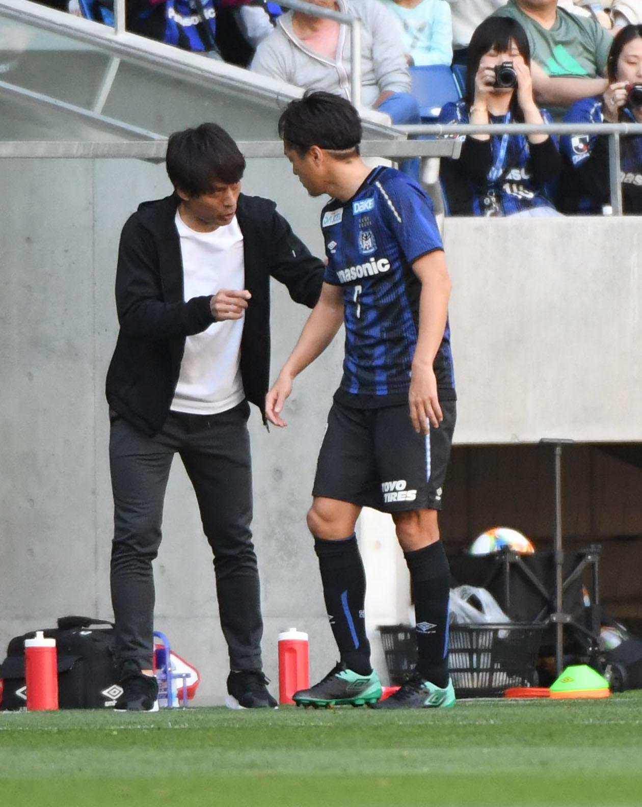 G大阪MF遠藤(右)と宮本監督(2019年4月20日撮影)