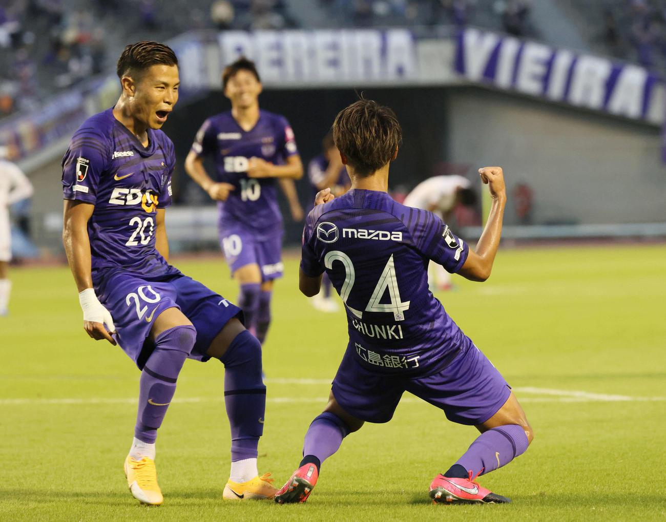広島対鳥栖、前半、広島MF東俊希はゴールを決める。左は広島FW永井龍(撮影・加藤孝規)