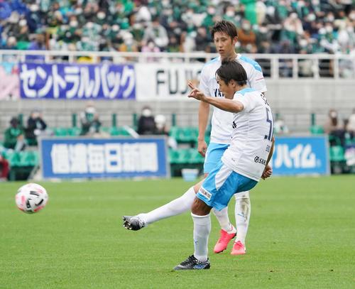 松本大岩田FKでゴールを狙う岩田MF遠藤(撮影菅敏)