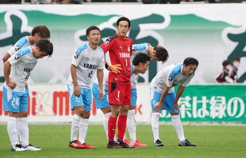 松本試合にフル出場で試合を終えた呼吸を整えるMF遠藤(右)(撮影菅敏)