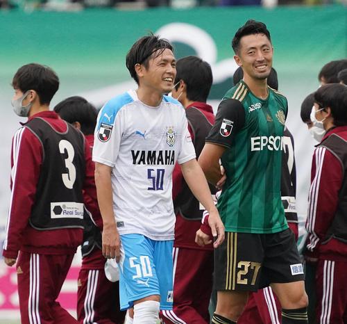 松本戦にフル出場で戦いを終え、松本MF鈴木(右)と笑顔で話しながら引き揚げる磐田MF遠藤(撮影・菅敏)