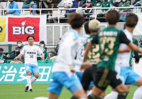 松本大岩田前半のFKゴール前のパスを出す岩田MF遠藤(撮影菅敏)